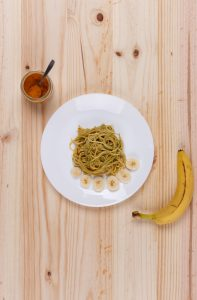 spaghetti con salsa de plátano y curry